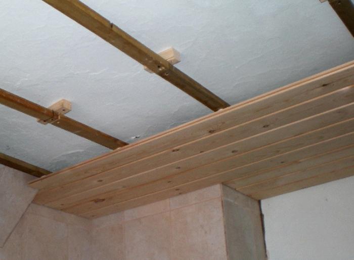 Потолок своими руками в деревянном доме фото