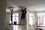 Очистка потолка при подготовке квартиры к ремонту