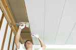 kreplenie-plastikovyx-panelej-na-potolok-poshagovaya-instrukciya