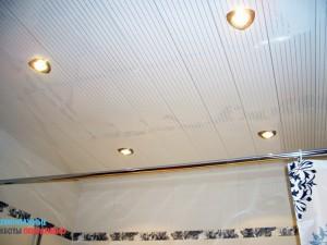 Монтаж подвесного потолка в ванной комнате (реечный)