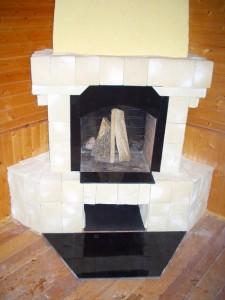 Укладка керамогранита на пол рядом с камином