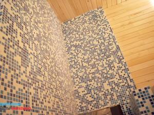Частичная облицовка стен мозаичной плиткой в сауне