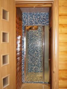Установка стеклянной двери в душевую и обычной межкомнатной двери