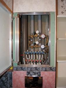 Разводка труб хол/гор водоснабжения, установка фильтров 100 мкрн, редукторов давления с манометрами. Люк скрытого типа (под плитку)