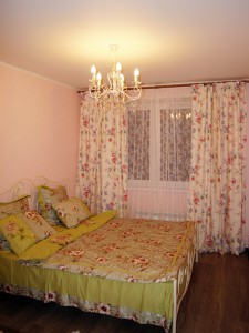 Спальня после ремонта. Стены обои под покраску, потолок штукатурка и покраска, установка люстры и карниза