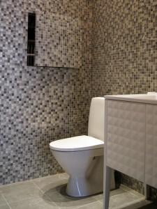 Оштукатуривание стен по маякам, монтаж сантехнической разводки, облицовка стен керамической плиткой, установка унитаза и раковины с тумбой