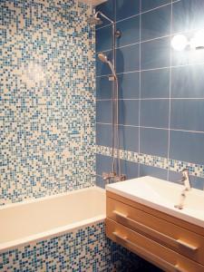 Отделка стен санузле керамической мозаикой
