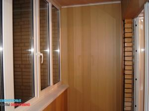 Демонтаж обшивки стен балкона