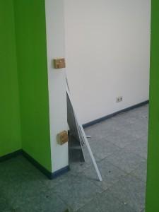 Дверной проем до ремонта