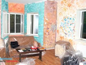Очистка стен от краски в загородном доме