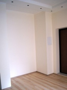 Покраска стен в прихожей, укладка ламината