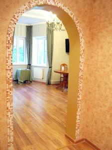 Облицовка угла арки мозаикой