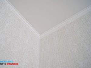 Монтаж и покраска потолочного плинтуса в комнате