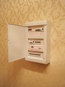 Монтаж накладного щита, установка УЗО и автоматических выключателей